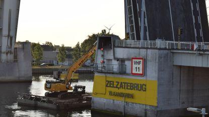 Geslaagde test met ponton en kraan aan Zelzatebrug