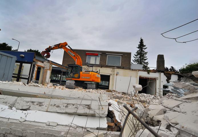 Dinsdag zijn de sloopwerkzaamheden gestart van het oude winkelpand  Aldi in Son.
