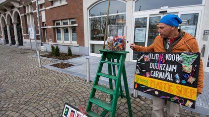 Kunstenaar gooit rommel uit protest op straat, burgemeester ruimt op