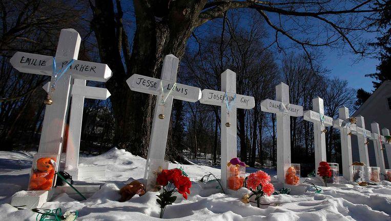 Kruisjes voor de slachtoffers van de Sandy Hook-schietpartij langs de weg in Newtown.