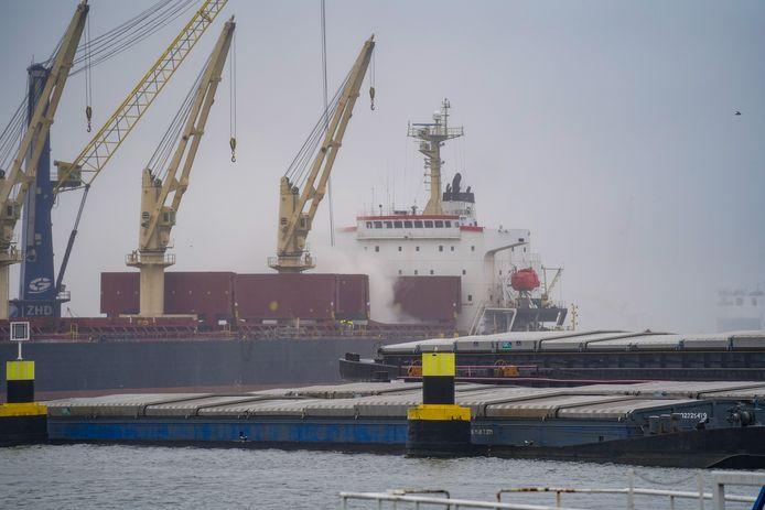Voor de brand op een schip in de Waalhaven rukten hulpdiensten massaal uit.
