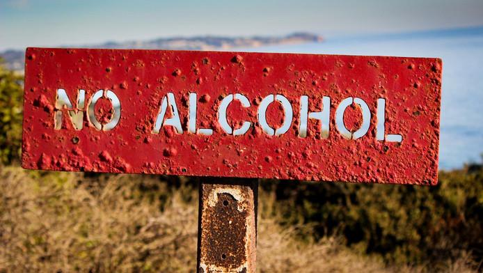 En Californie, on ne boit pas en public. On ne boit pas sur la plage, on ne boit pas aux abords des plages, on ne boit pas dans les parcs.