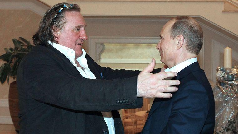 De Russische president Vladimir Poetin (R) met acteur Gérard Depardieu, die op de zwarte lijst staat. Beeld ap