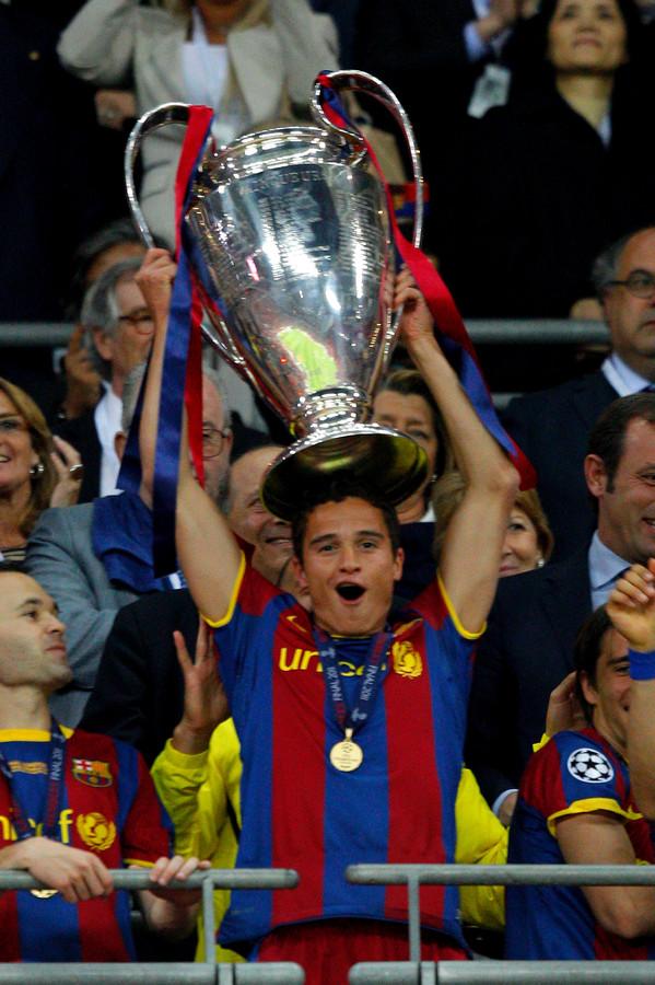 Ibrahim Afellay showt de bokaal van de Champions-League. Links Andrés Iniesta.