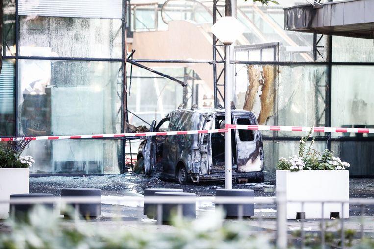 De Caddy bij de glazen pui van het TMG-gebouw in juni 2018. Beeld ANP