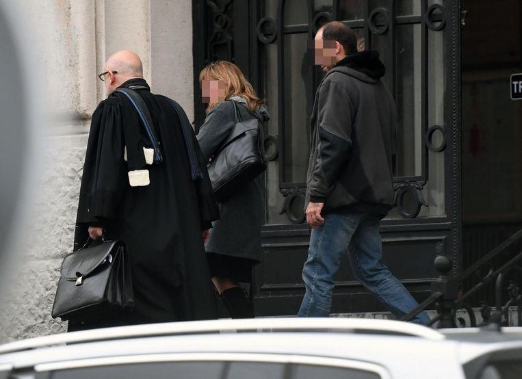 De beklaagden verlaten de rechtbank samen met hun advocaat.