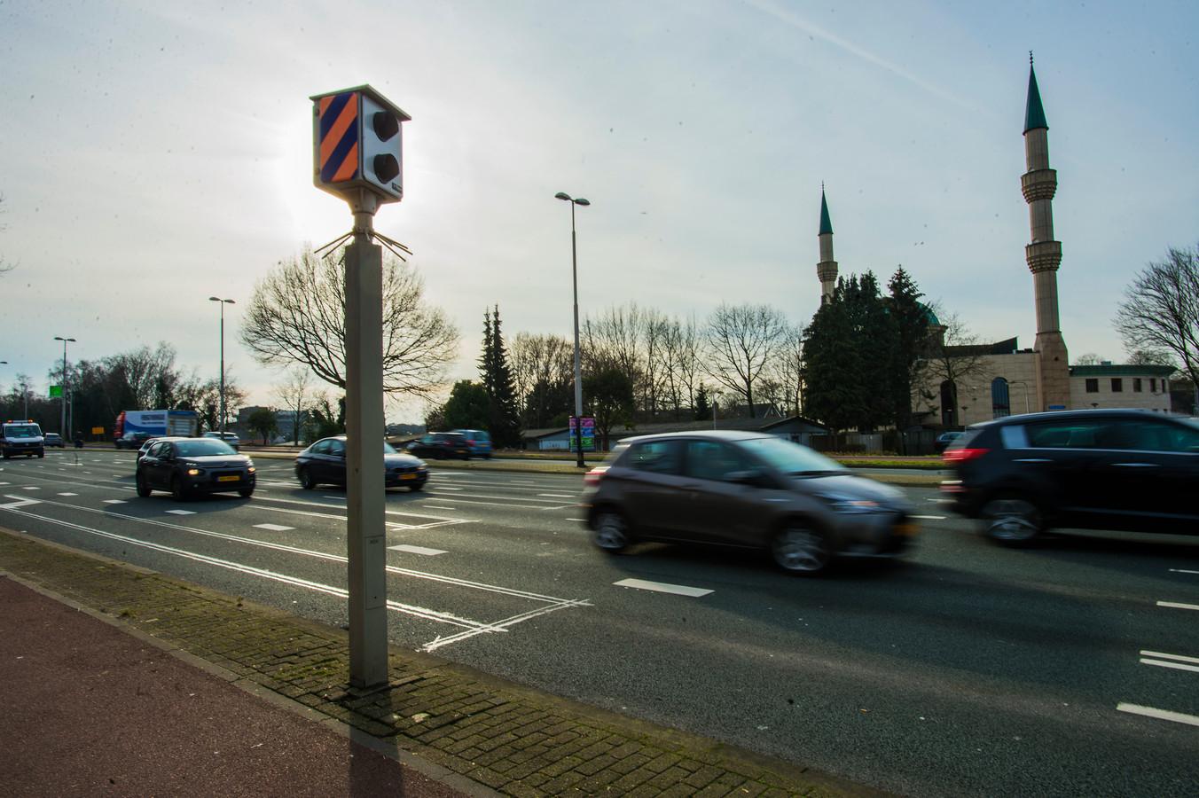 Een flitspaal aan de Ringbaan West in Tilburg.