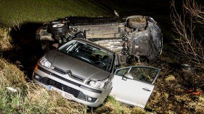 Twee auto's in gracht langs E17: drie gewonden