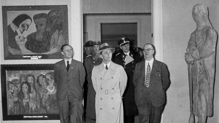Propagandaminister Joseph Goebbels bezoekt de tentoonstelling Entartete Kunst in 1938 Beeld Bundesarchiv