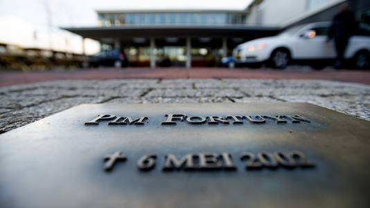 Een herdenkingstegel voor de vermoorde politicus Pim Fortuyn op het Mediapark in Hilversum.