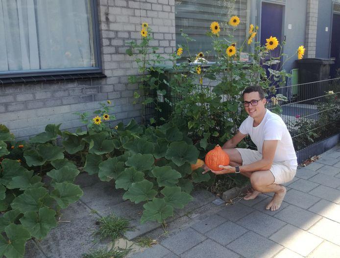 Giel Boes in zijn voortuintje aan de Leenderweg met zonnebloemen en pompoenen.