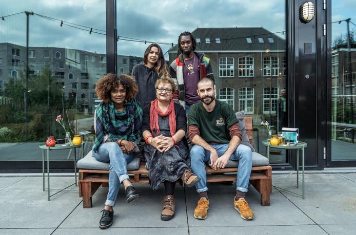 Daniella, Amy, Nesrin, Wesley en Amjad (van links naar rechts), de programmaraad van Theater aan de Rijn in Arnhem.