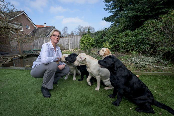 PVV-gemeenteraadslid Jeanet Nijhof wil afschaffen hondenbelasting, de foto maakt duidelijk waarom.