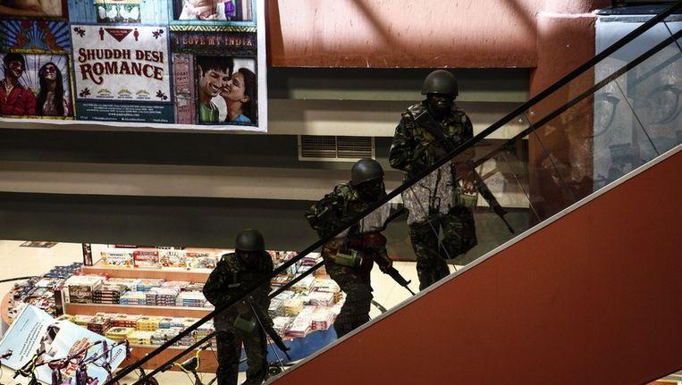 Soldaten die de gijzeling van Al-Shabaabterroristen in een Keniaans winkelcentrum proberen tegen te gaan. Beeld EPA