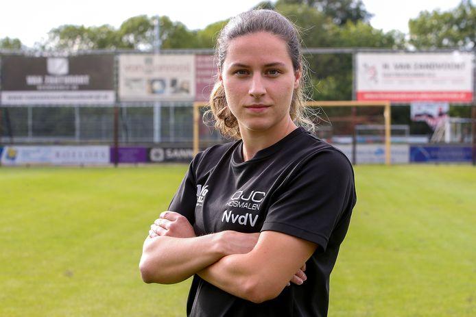 Voetbalster Emely van der Vliet vertrekt naar Amerika om daar een studie met voetballen op collegeniveau te combineren.