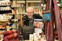 Ed Zwennis in de Wereldwinkel in Woerden, die inmiddels al 40 jaar bestaat.