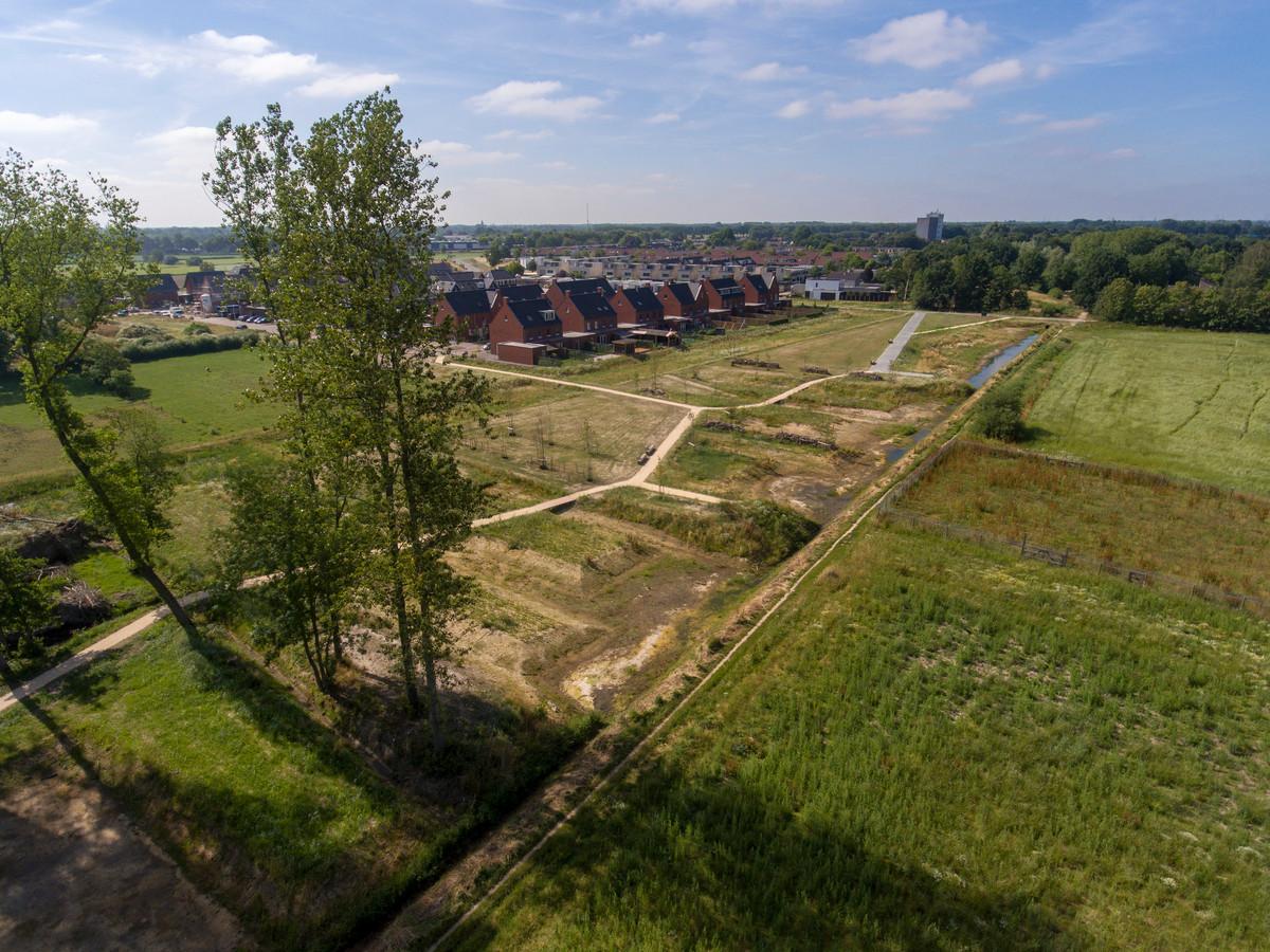 Overzicht van het net aangelegde Park Den Bogerd. Links een klein deel van het overgebleven oude bosje, daarboven de al gebouwde huizen. Op het blok bovenaan rechts komen de volgende woningen.