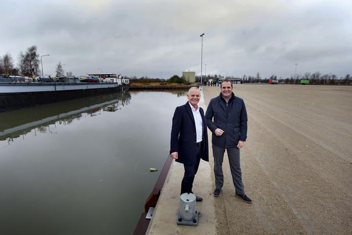 De exploitanten Wil Versteijnen (links) en Paul Maas bij de nieuwe containerhaven in Budel Dorplein.