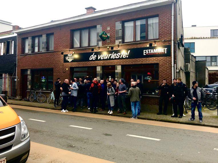 Buurtbewoners Londerzeel troepen samen aan café 'De Veurleste'.
