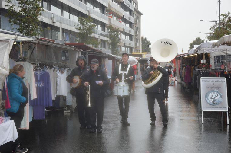 De mobiele jazzband 'Goe Beezig' zorgde voor muziek.