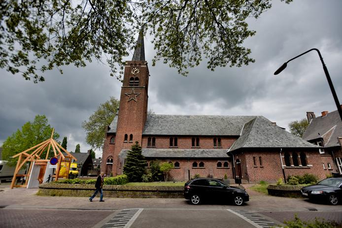 De Adrianuskerk in Esbeek werd in juni 2013 aan de dienst onttrokken. De gemeente neemt de kerk nu over.