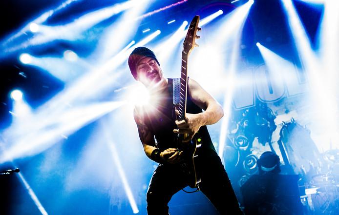 Gitarist Roberto Caggiano van Volbeat in actie in Ziggo Dome in Amsterdam. De Deense rockband is de hoofdact op de vrijdag van de Zwarte Cross.