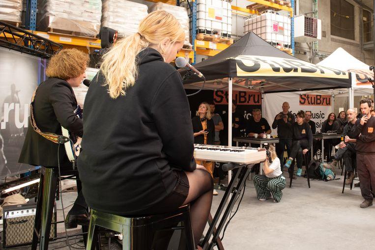 Portland trakteert het personeel in de fabriek op een akoestisch concertje.