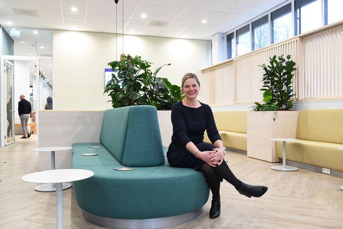 Interim-directeur Thérèse Claassen in de nieuwe aankomsthal.