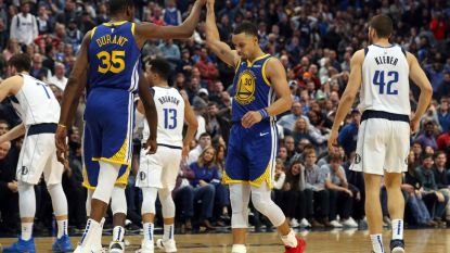 VIDEO. Elf driepunters! Daar is Stephen Curry weer: hij leidt Golden State met 48 punten naar winst in Dallas