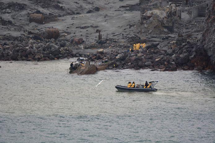 Nieuw-Zeelandse militairen tijdens de bergingsoperatie van vrijdag. Vandaag zijn duikers op zoek naar de twee nog vermiste lichamen.