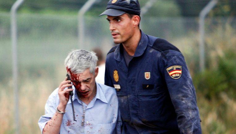 Machinist Francisco José Garzón wordt door de politie begeleid na het treinongeluk. Beeld reuters