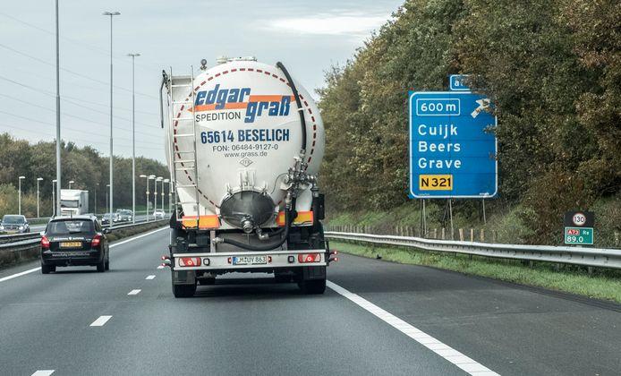 De A73 tussen Haps en Cuijk. Rechts staat nu nog een bordje dat 130 kilometer als maximumsnelheid aangeeft. Dit verandert ergens de komende maanden in 100.