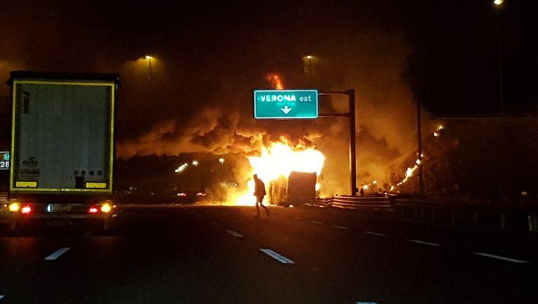 De bus op vrijdagnacht, in brand. Beeld ap