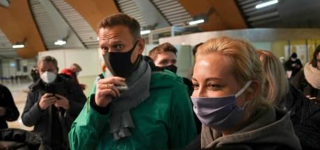 Rechter zet Navalny langer vast, Kremlincriticus roept zijn volgers op te demonstreren