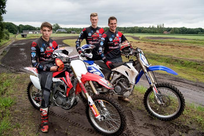 Rick Harsevoort, Marc Feijen en Johannes Harsevoort (vlnr) van MC Gerrits op hun motorcrossbaan in de weilanden.