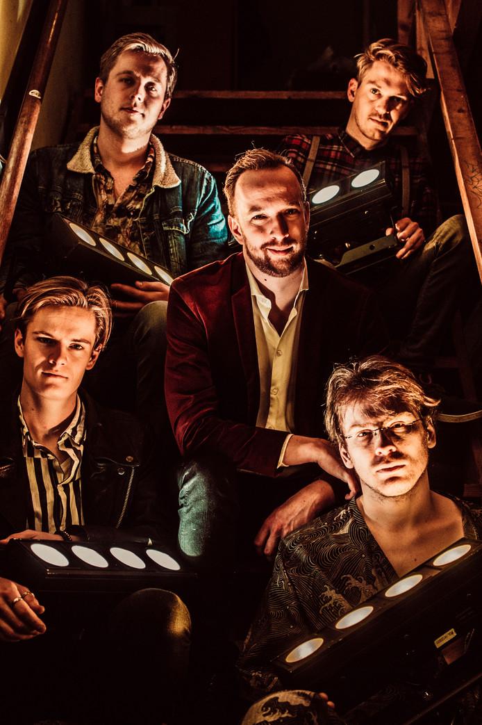 Stennis: Wouter (linksonder), Jim (linksboven), Ruud (midden), Vincent (voormalig toetsenist, rechtsonder), Joris (rechtsboven).