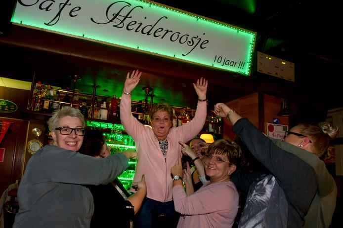 Cafe Heideroosje is door FOX sport uitgeroepen tot leukste sportcafé van Gelderland. Kroegbazin Willy Leenders (midden) is er blij mee.