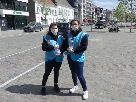 De zussen Celine en Zoë Van Cauwenberge liepen door de winkelstraten om de shoppers van de nodige ontsmettende handgel te voorzien.