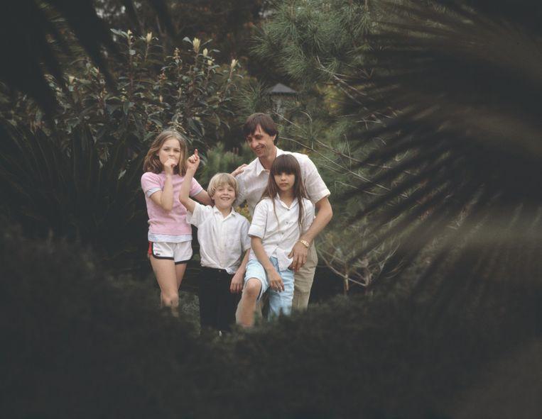 Met zijn drie kinderen in de tuin in het Spaanse Levante in maart 1981. Beeld Hans Heus
