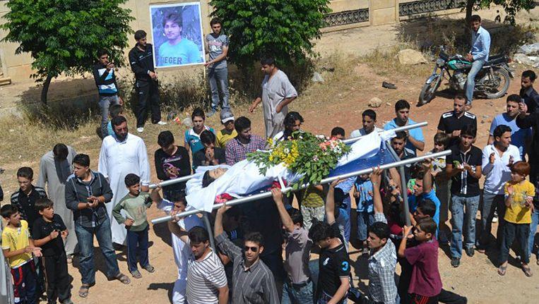 De rouwstoet van Thaer al-Khatib. Hij werd niet gedood door de Shabiha, maar door Syrische veiligheidstroepen. Beeld ap