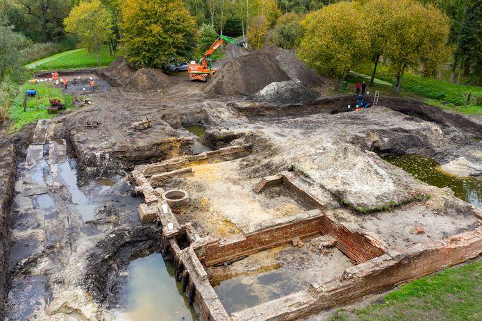 Restanten van het eeuwenoude kasteel Spreeuwenburg in Vught zijn in zijn geheel blootgelegd.