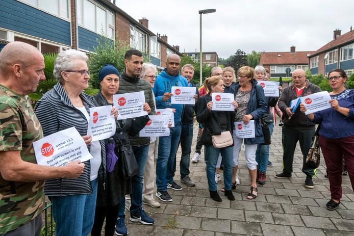 Wijkbewoners van Over het Lange Water zijn boos op het isolatieproject van Volkshuisvesting Arnhem in hun buurt.