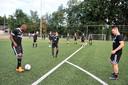 Nieuwelingen Dominique Kivuvu, Christian Gandu en Joey Godee tijdens de eerste training van hoofdklasser Duno in Wageningen.