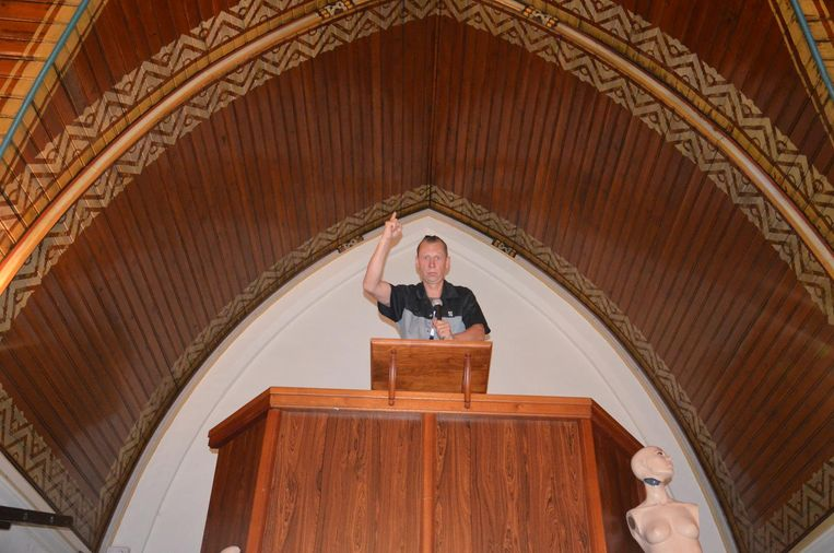 Joost Van Hyfte, hier op de preekstoel, zet 't Klooster na vijf jaar opnieuw te koop.