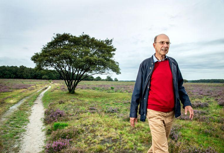 Historicus Pieter Hoogenraad op de hei bij Hilversum, waar ooit Gooistad had moeten komen. Beeld Jean-Pierre Jans