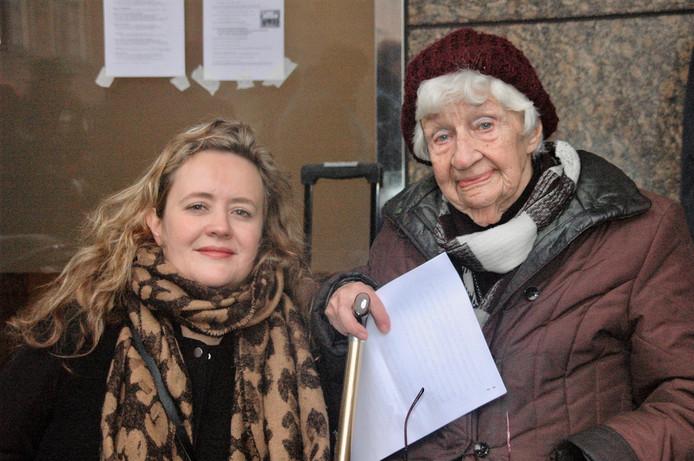 Hanske Evenhuis-van Essen en haar kleindochter Odilia Evenhuis tijdens de herdenking van 100 jaar vrouwenkiesrecht.