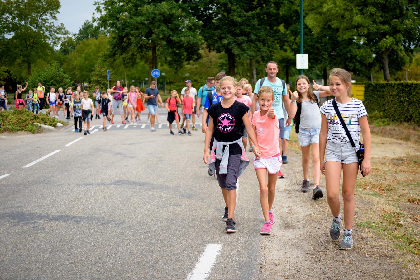 In Budel trekt een stoet van honderden kinderen en familieleden door het dorp in de laatste vakantieweek.