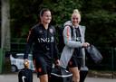 Sherida Spitse (l) en Danique Kerkdijk op weg naar de training van Oranje.