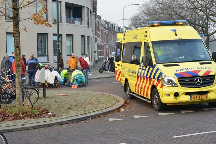 Een fietser is donderdagmiddag aangereden op het kruispunt Haagweg - Tramsingel.