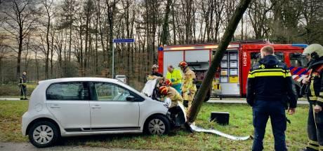 Auto vliegt in de Lutte uit de bocht, bestuurder raakt gewond